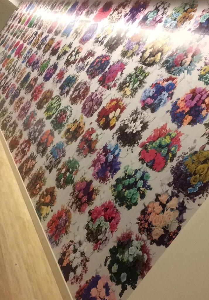 SSM - Bisiklet Sepetine koyduğu çiçeklerden yapılan duvar kağıdı...